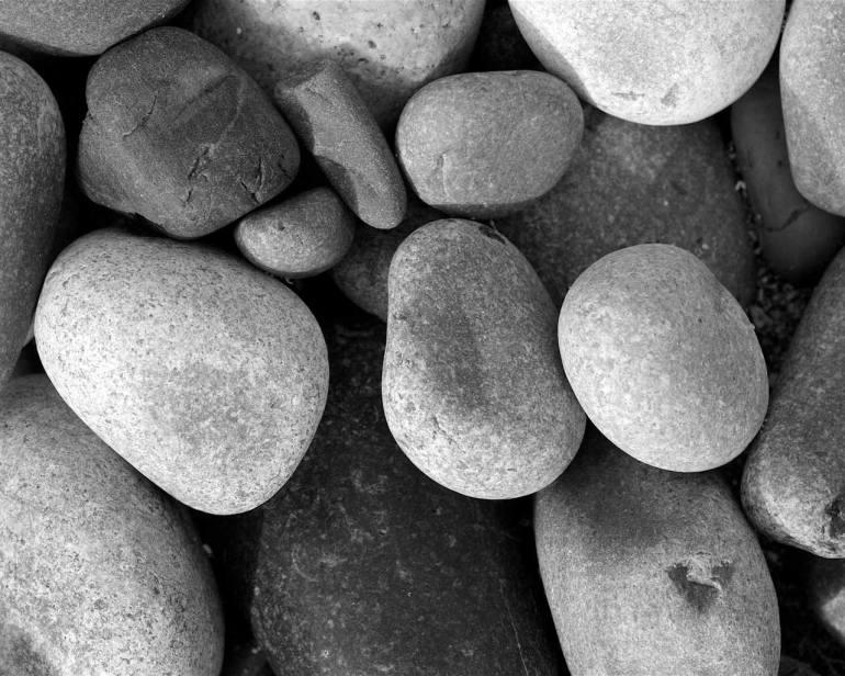 pebbles-black-white
